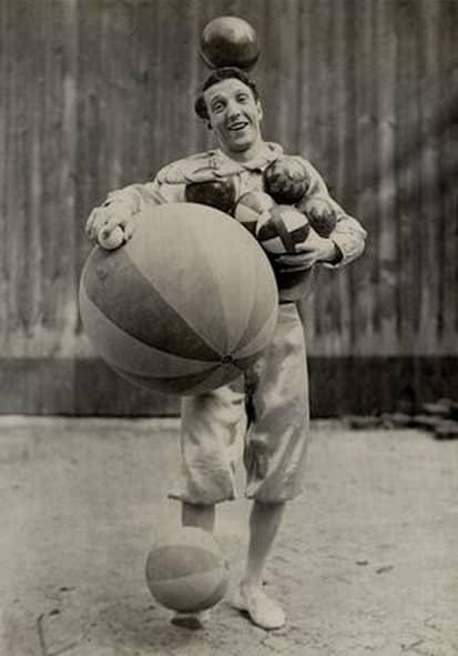 Enrico Rastelli all_opera con i suoi palloni