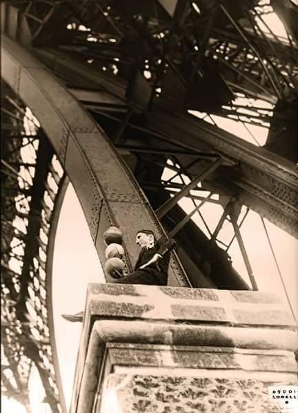 Enrico Rastelli seduto su un pilastro della Tour Eiffel a Parigi
