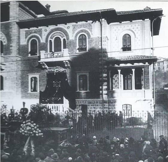 La folla raccolta intorno a Villa Rastelli per dare l_ultimo saluto al grande artista